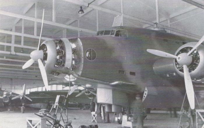 """Il prototipo del Savoia Marchetti SM.82 """"Marsupiale"""" in uno stato avanzato di costruzione nel 1939. L'esemplare """"armato""""(MM.414) effettuò il primo volo di collaudo qualche mese dopo il modello da trasporto (MM.60270). Sulla sinistra si nota il prototipo del bombardiere in picchiata SM.86 con motori Walter Sagitta"""