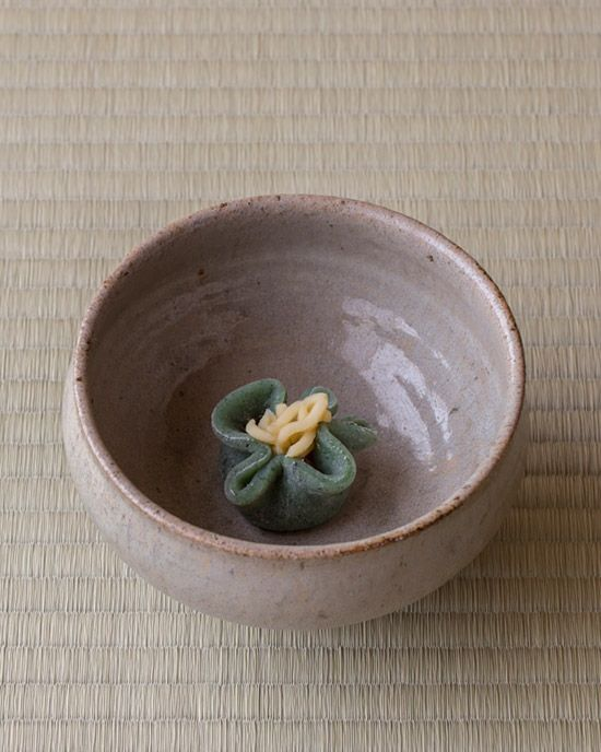 菓=若草/緑菴(京都) 器=明川碗 李朝時代 浅川伯教旧蔵