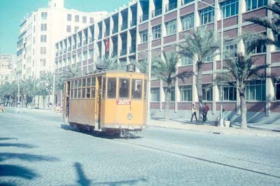 Tranvías a todo color en el antiguo General Mola, con la fachada del colegio. Década de los 60-70.