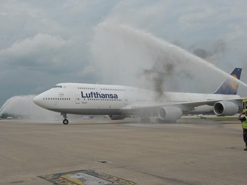 Boeing's biggest 747 debuts on route to Washington