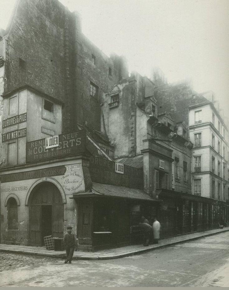 L'angle de la rue Portefoin (à gauche) et de la rue des Archives, vue en direction du square du Temple, en 1916. Sur l'emplacement du n° 2 de la rue Portefoin qu'on voit sur la photo, se trouvait l'entrée de la chapelle Saint-Julien, dépendant de l'hôpital des Enfants-Rouges. Cette rue qui date du 13ème siècle fut d'ailleurs également connue comme la rue des Bons-Enfants...  (Paris 3ème/4ème)