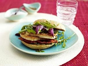 Vegetarischer Burger mit gebratenem Halloumikäse, Paprika und Rauke(Vegetarian Burger with fried halloumi cheese, paprika, rucola)