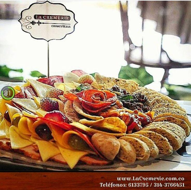 Tablas de quesos y carnes con pan artesanal y fruta.  Wp. 3203245231