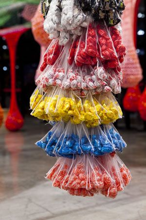Street Vendor Candy Bunches (Camelô Cacho Balabala) 2010 Street Vendor Candy Bunches (Camelô Cacho Balabala) 2010 Candies, plastic bags, chain and hooks 116 x 32 x 32 cm Edition of 4 Collection of the artist Installation view at Museu de Arte Moderna, Sᾶo Paulo, 2010 Photo: Everton Ballardin © Ernesto Neto, Guggenheim Bilbao, 2014