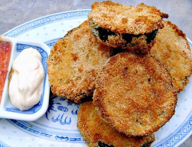 """""""Синенькие"""", или баклажаны, – пожалуй, не менее популярные и любимые летние овощи, чем кабачки. Заботливо выращенные на участке, баклажаны можно приготовить вкусно и быстро. Вдохновитесь на кулинарные подвиги, просмотрев подборку рецептов!"""