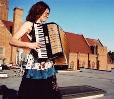 """L'accordéon est un instrument de musique à clavier, polyphonique, utilisant des anches libres excitées par un vent variable fourni par le soufflet actionné par le musicien. (définition par Émile Leipp). Il fait partie de la famille des instruments à vent. Il a reçu nombre de noms d'emprunt : """"piano à bretelles"""", """"piano du pauvre"""", """"branle-poumons"""", """"boîte à chagrin"""", """"soufflet à punaises"""", """"dépliant"""", """"boîte à soufflets"""" et """"boîte du diable"""""""