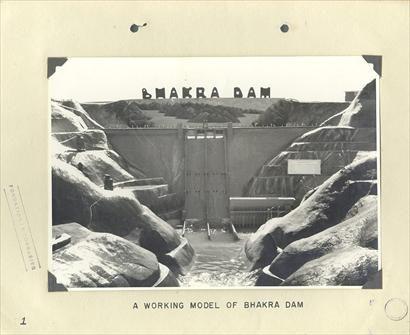 1958, Barrage de Bhakra en Inde Le Corbusier, sur l'avis des ingénieurs hydrauliciens, a été appelé pour donner son avis sur l'apprêt esthétique de cet ouvrage déjà assez avancé. La digue et les usines étaient déjà en voie de réalisation lorsque Le Corbusier fut consulté. Le Corbusier n'avait pas l'intention dé donner une importance particulière à l'aspect architectural du barrage, car la construction. par elle-même devait marquer le site et le dominer.