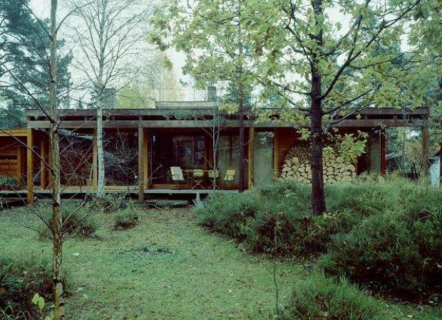 Tre og tegl: Villa Schreiner har enkel materialbruk, og stolpekonstruksjonen minner om japansk arkitektur. Huset har skyvedører mot skogen og omløpende veranda.  Foto: Jiri Havran