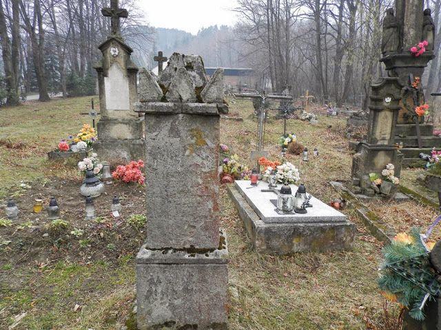 Cmentarz rzymskokatolicki wMiędzybrodziu Bialskim (woj. śląskie, pow. żywiecki)został założony w 1872 roku.Cmentarz został zamknięty w 1945 roku. Dzisiaj jest zarośnięty i zaniedbany chociaż na niektórych mogiłach widać znicze i kwiaty.         Autor: Marcin Zając Please follow and like us: