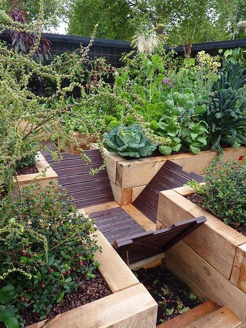 Hidden compost bin between raised garden beds! How genius!