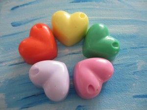 zeepjes maken middels een kleurtje en een geurtje kiezen. Het ruikt allemaal heerlijk. Knutselen bij Kids & Fun.