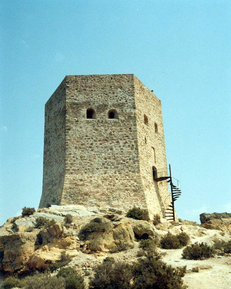 Torre de Santa Elena en La Azohía, Campo de Cartagena. Construidas en los siglos XVI-XVII y permanecieron en activo hasta el siglo XIX. Función defensiva de los ataques de los piratas berberiscos (especialmente procedentes de Argelia).