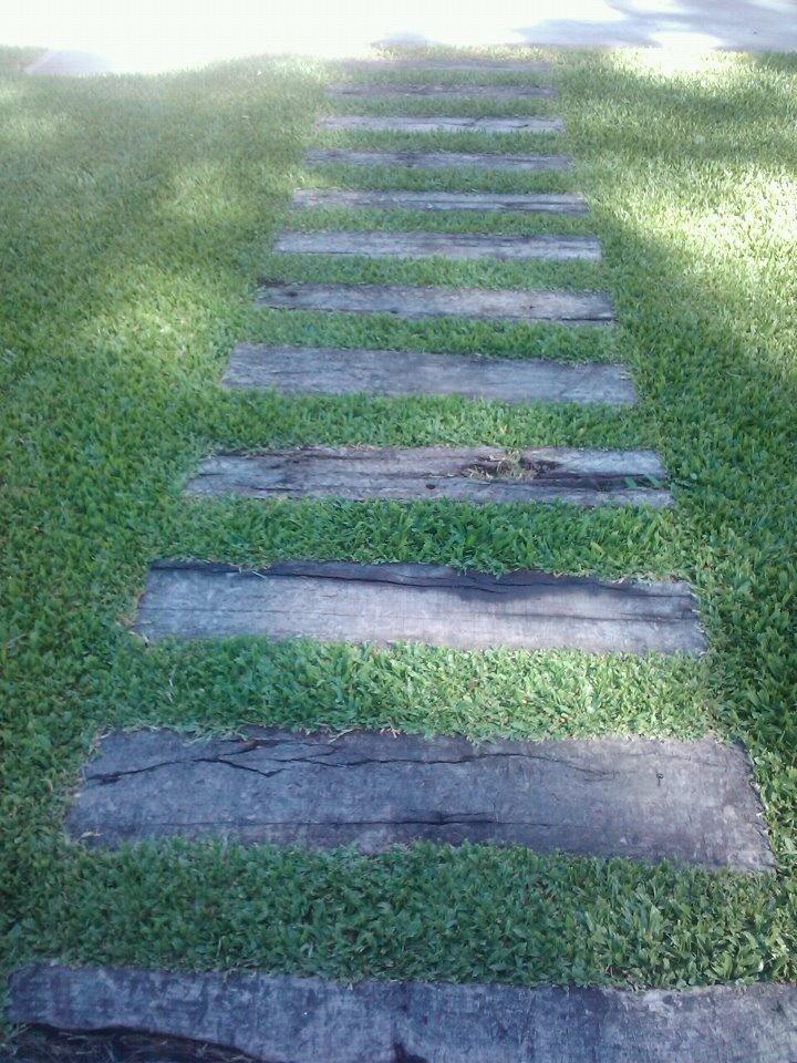 Camino de madera hecho con durmientes reciclados de v a - Camino de piedras para jardin ...