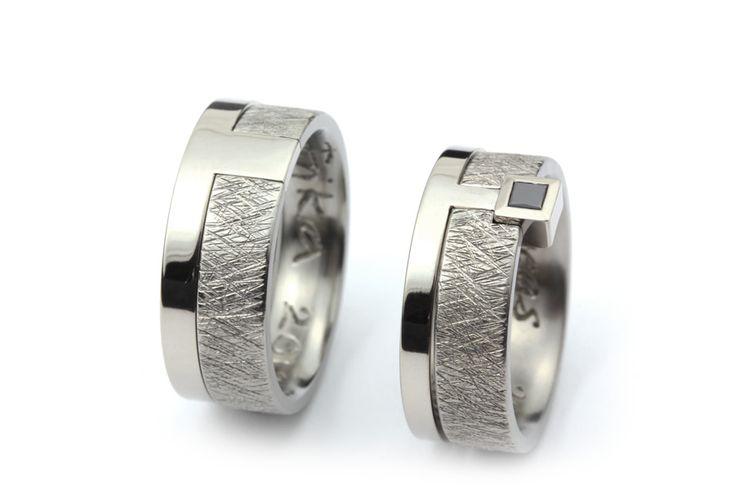 Vigselringar i titan och vitguld med svart diamant