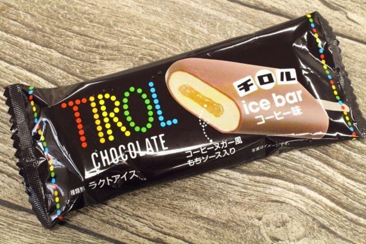 チロルチョコのロングセラー「コーヒーヌガー」がアイスになった「チロルアイスバー コーヒー味」が、全国のファミリーマート、サークルK、サンクスで発売されました。
