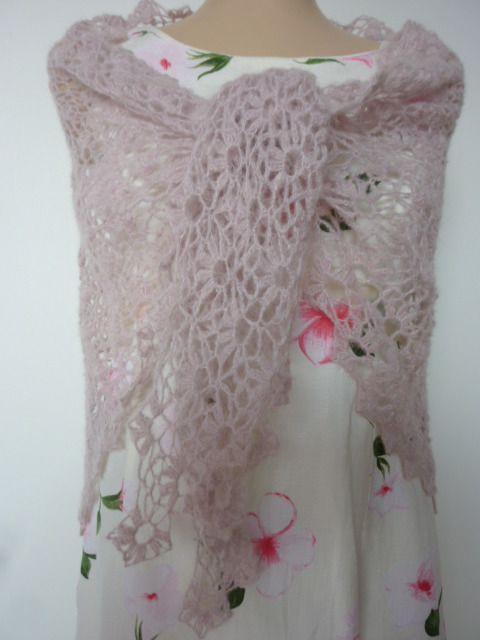 Châle ajouré, doux, rose, fait main au crochet : Echarpe, foulard, cravate par kabri