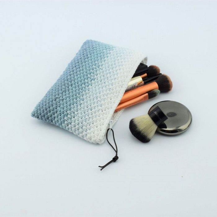 Hæklet kosmetik pung - Tone i tone - Opskrift (Hobbii). En skøn hæklet kosmetik pung i et smukt og enkelt mønster.