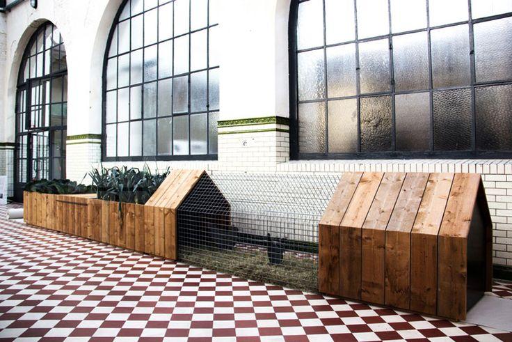 City Farming : répond aux besoins quotidien besoins de légumes et d'oeufs frais avec son habitat pour les poulets et les petits animaux de compagnie , accompagné de son mini-potager , de son bac de compostage. Source : studiosegers.be
