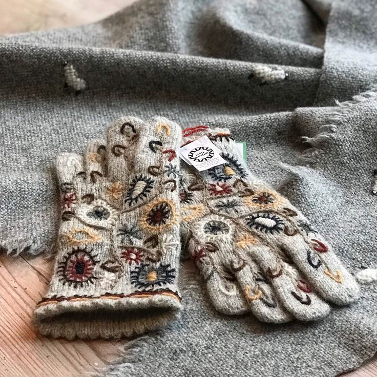 На фото эстонские рукавицы, но это лишь потому, что в настоящий момент мы в Эстонии и они тут повс...