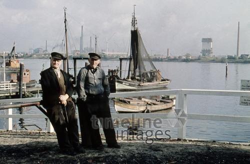 Fischer im Hamburger Hafen, 1959 1Frido2/Timeline Images #Fischer #Fischerei #Angler #Angeln #Fisch #Fischen #Fishing #Fisher #Fishery #Fish #Harbor #Altenwerder #Boote #Hamburg