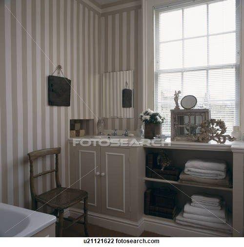 Badkamer Wastafel Hout ~ Stock foto van grijs en wit gestreept behang in herenhuis badkamer
