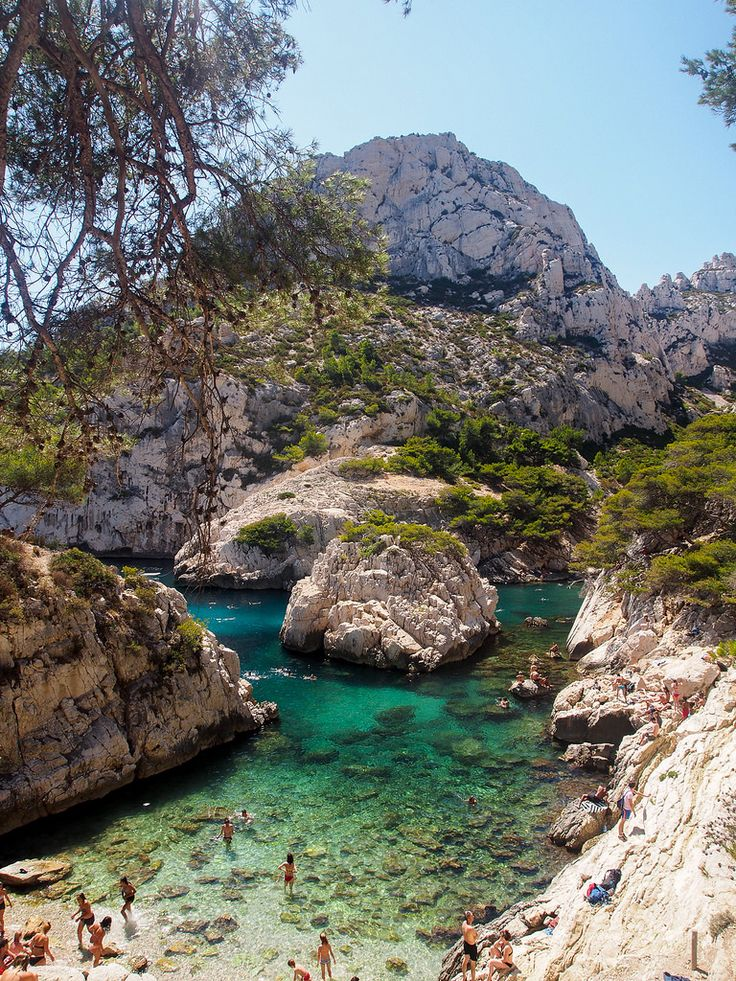 Calanque de Sugiton. Se encuentra entre Marsella y Cassis y es una pequeña playa en el extremo de la ensenada (aunque hay un extenso lugar para nadar que se parece a una piscina natural). #Sugiton es una de las calanques más conocidas desde #Marsella, porque es fácilmente accesible para senderistas.