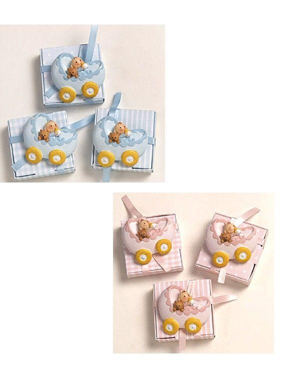 Detalles para bautizo, imán Pit y Pita en cochecito. Se presenta caja con 5 peladillas de chocolate, lazo a tono y tarjeta personalizada. Las cajitas se sirven en tres modelos: topos, rayas y cuadritos. El precio es para la unidad Medida imán: 6 x 5,5 cm Medidas cajita: 6 x 6 x 1,50 cm