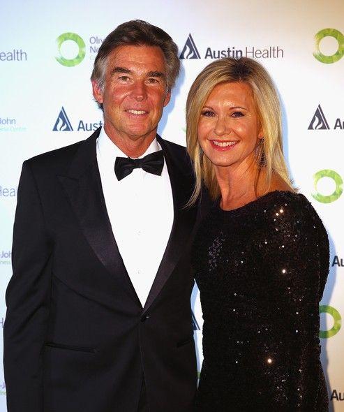 """Olivia Newton-John e seu marido, John Easterling, chegam para o evento ONJ Gala, que irá arrecadar fundos para o """"Olivia Newton-John Cancer & Wellness Centre"""", em Melbourne, na Austrália - http://epoca.globo.com/tempo/fotos/2013/09/fotos-do-dia-20-de-setembro-de-2013.html (Foto: Scott Barbour/Getty Images)"""