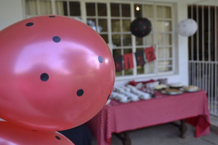 Black stickers on red balloons, red stickers on white balloons. As was done with paper lanterns.