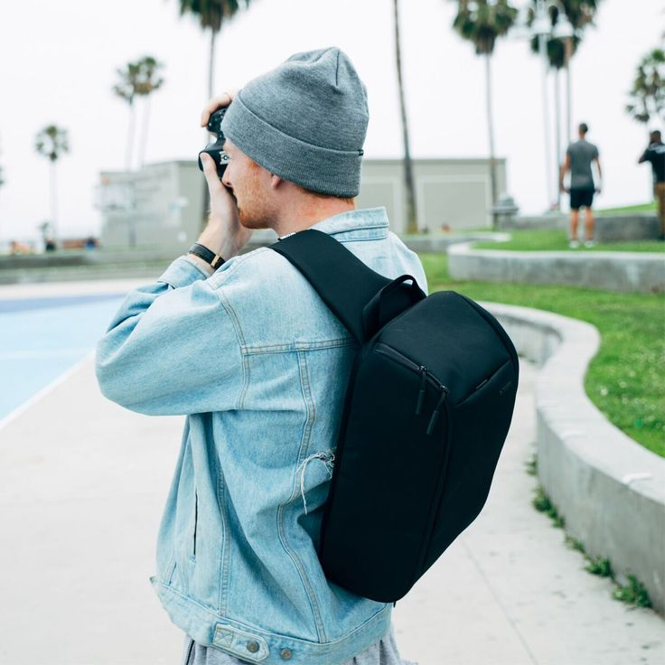 A half body zip-closure on the Incase Capture Sling Pack permits effortless access to a padded device storage compartment.
