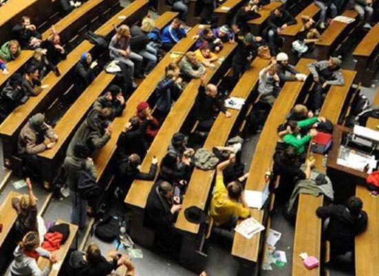 27-10 16 Ενέργειες του ΥΠ.Π.Ε.Θ. για τη στήριξη οικονομικά και κοινωνικά αδύναμων φοιτητών    27-10 16 Ενέργειες του ΥΠ.Π.Ε.Θ. για τη στήριξη οικονομικά και κοινωνικά αδύναμων φοιτητών  Η αύξηση κατά 2.204 περίπου του αριθμού των αιτήσεων για μεταγραφή  σε σχέση με τη περσινή ακαδημαϊκή χρονιά δείχνει ότι η κρίση  δυσχεραίνει τη φοίτηση σε ΑΕΙ πολλών νέων ανθρώπων. Το Υπουργείο  Παιδείας Έρευνας και Θρησκευμάτων αντιμετωπίζει με μεγάλη ευαισθησία το  ζήτημα.  Πρώτον όπως και πέρσι έτσι και…