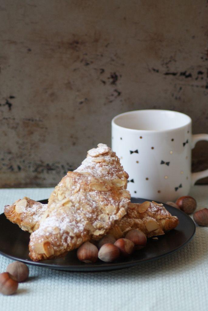 """Croissants aux noisettes, muscovado et citron Une recette spéciale pour ceux qui veulent pécho le dimanche matin! Quand on nous sert une telle tuerie au petit-déj, je vous le demande : """"Où est-ce qu'on signe?""""! Y'a du croquang, y'a du moelleux, c'est..."""