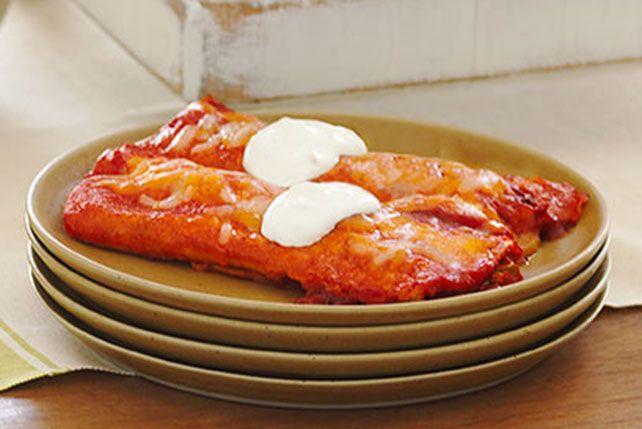 Aparte de su brillante color, estas cremosas enchiladas de pollo saben deliciosas al estar preparadas con tres tipos de queso y salsa roja. ¡Disfrútalas!