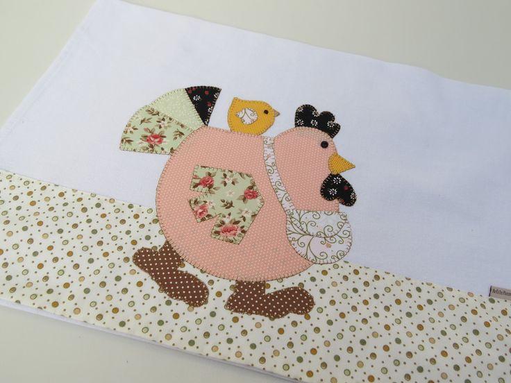 Tecido em algodão colorido  Patch aplique de Galinha com laço  Bordado em ponto caseado.  Barra e aplicação em tecido 100% algodão.  Sob encomenda, as estampas podem sofrer alterações, mantendo as tonalidades.