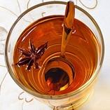 Aivan ihana Omenaglögi-  6 hengelle     Ainekset      1/2 l omenamehua  1 kanelitanko  1 tähtianis  5 kokonaista mausteneilikkaa  1 tl sitruunan kuoriraastetta  Dansukker Ruokokidesokeria maun mukaan  (1 pullo valkoviiniä)