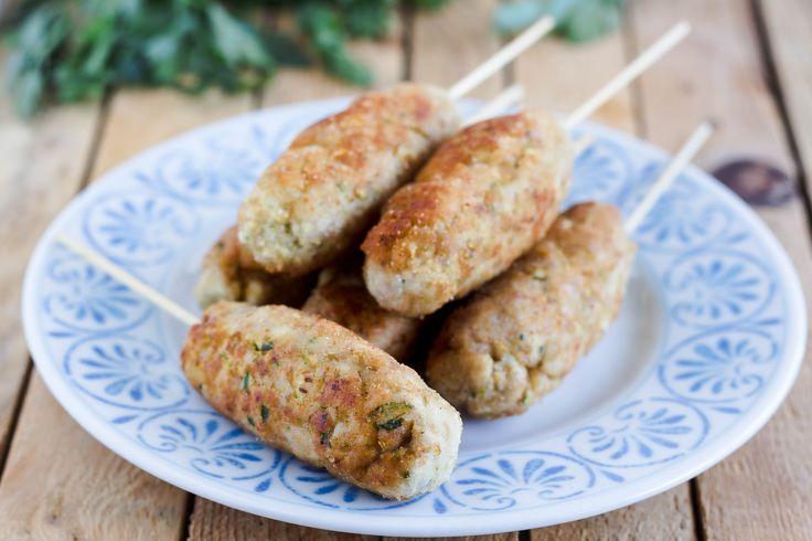 I Bastoncini di pollo e zucchine sono un secondo velocissimo e davvero dal gusto senza eguali. Una ricetta semplicissima che si prepara in meno di 15 minuti