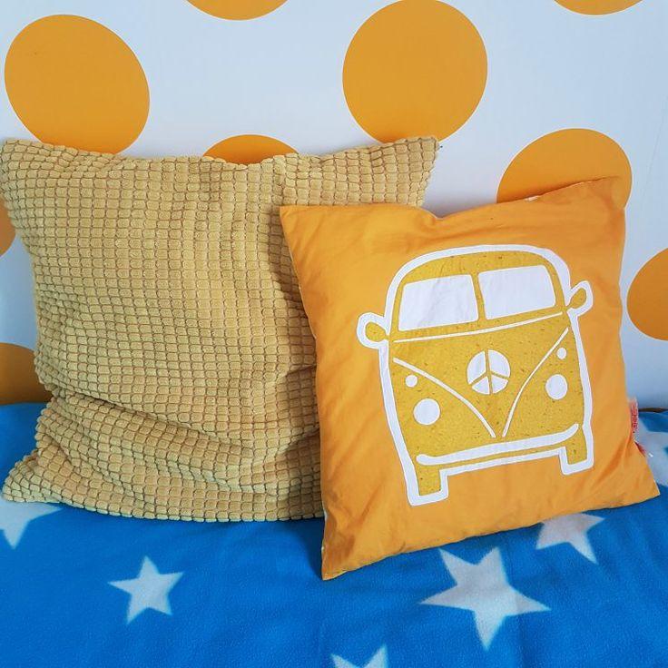 Kleine kinderkamer in geel, turkoois, petrol, kobalt, lichtblauw, mint, groen, grijs en wit. Volkswagen busje Taftan. Kussentje Gullklocka Ikea. Blauwe fleece sprei met witte sterren Ikea Olivtrad. #leukmetkids