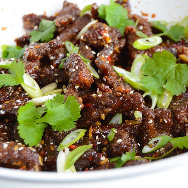 Kinesisk chilibiff til middag er en skikkelig smakseksplosjon som kan danke ut selv fredagstacoen. Prøv marinerte og friterte biffstrimler med sursøt saus.