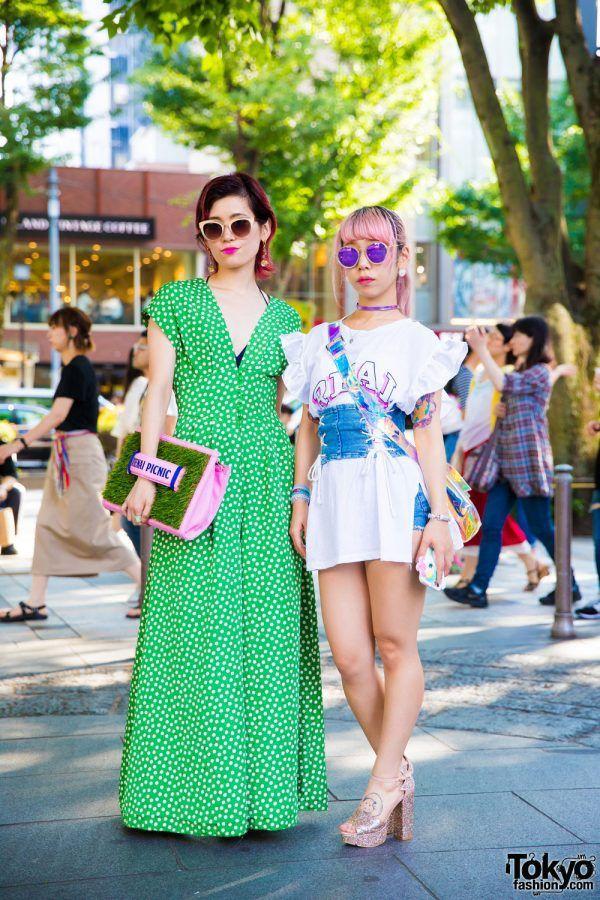 WANITA HARAJUKU DENGAN KORSET DENIM, RUFFLES, PLATFORM KAYU, PAMEO POSE FASHION JEPANG | ARTFORIA.COM  Berita Fashion Jepang – Ketika di Harajuku, Kami bertemu dengan Kaori (Kanan) dan Kinue (Kiri). yuk kita lihat lebih detail pakaian merek berdua.