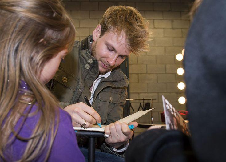 Portes ouvertes dans les coulisses de La Voix-----Yoan Garneau signe un autographe lors des portes ouvertes des studios de l'émission La Voix, à Saint-Hubert, le 9 janvier 2016.