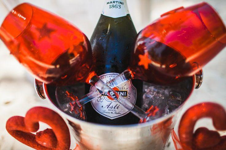 Свадьба в Доминикане (Weddings in the Dominican Republic); Мартини Asti (martini Asti); Красные декорированные бокалы (Red glasses decorated)