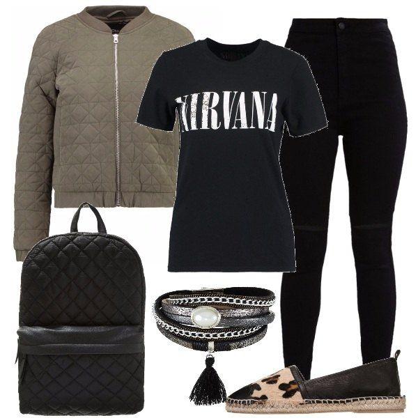 Outfit rock per una ragazza minuta, jeans neri con strappi alle ginocchia, la maglietta con scritta, bomber oliva matelassè, come lo zainetto e espadrillas con motivi leopardati.