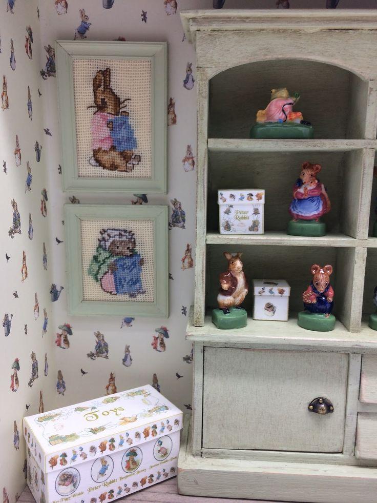 """Je viens de terminer une petite vitrine qui s'ajoutera à ma collection de livres et d'objets """"Beatrix Potter"""". Les figurines sont des fèves..."""