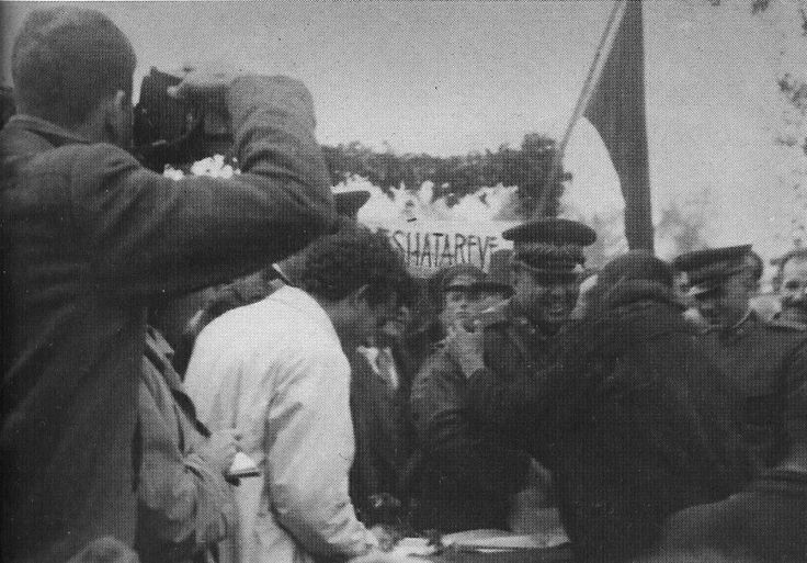 Enver Hoxha ne Gore te Lushnje midis fshatareve duke ndare tapite tokave.