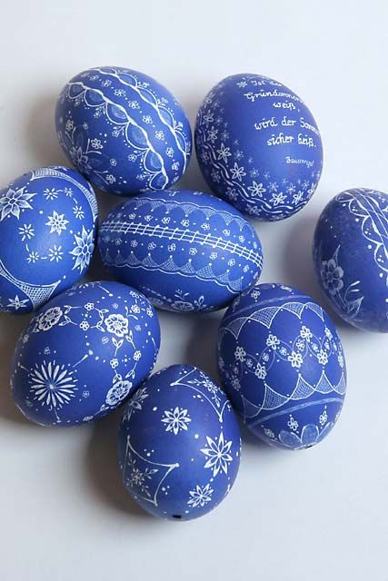 "Sgraffito on easter eggs [Ostereier Kratztechnik = ""scratched easter eggs"" in German. No other info.]"