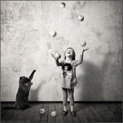 Berührende Schwarz-Weiß-Fotos: Wie die Katze, so das Kind