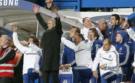 José Mourinho (2 izq) entrenador del Chelsea celebra con su equipo la victoria 2-1 ante el Manchester City en la Premier League. EFE
