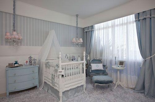 Uma suíte masculina para um bebê com predomínio de azul e branco. Este foi o projeto da arquiteta Edelzuita Alcântara para a Casa Cor Bahia. O enxoval que envolve o berço é feito de seda e linho. O painel listrado ao fundo é um papel de parede. A poltrona Luis XV com acabamento em prata e estofado azul é dos destaques do ambiente.