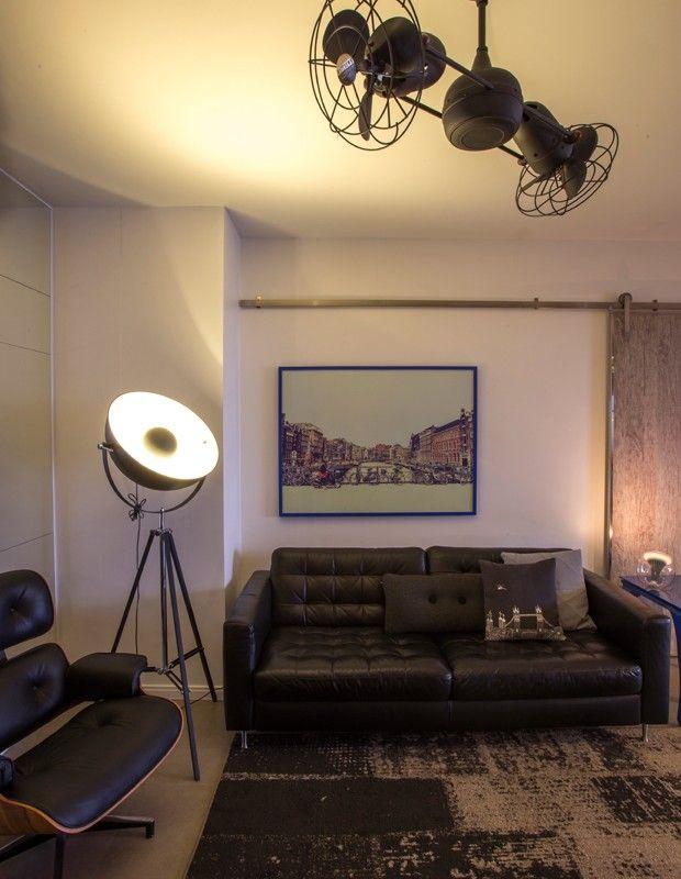 Living | Como o ventilador de teto da Gerbar não tem lâmpadas, a luminária de chão da Tok & Stok oferece luz indireta ao espaço, com estofados da mesma loja e tapete da Expresso do Oriente. (Foto: Lucas Cuervo Moura / Editora Globo)