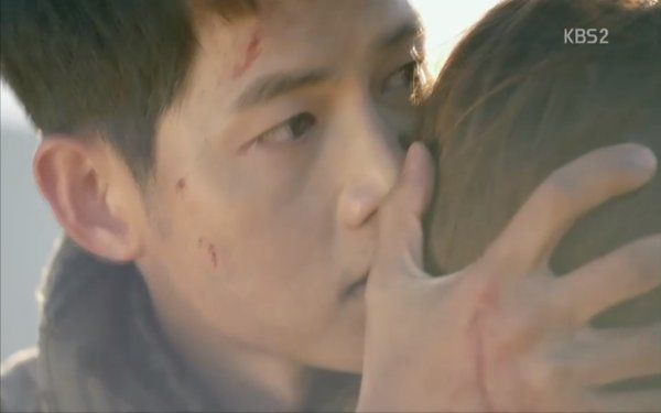 """""""Hậu Duệ Mặt Trời"""": Khán giả thót tim khi Song Joong Ki tử trận ở phút thứ 89! - Ảnh 17."""